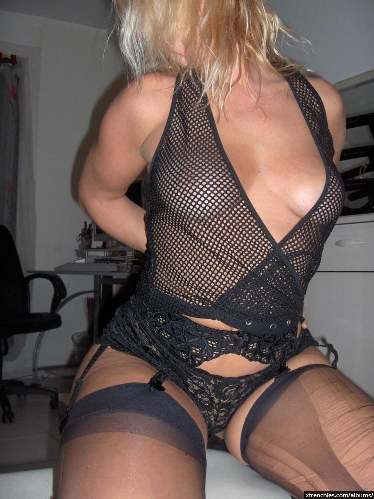 Cette maman blonde aux gros seins essaie une tenue sexy n°24