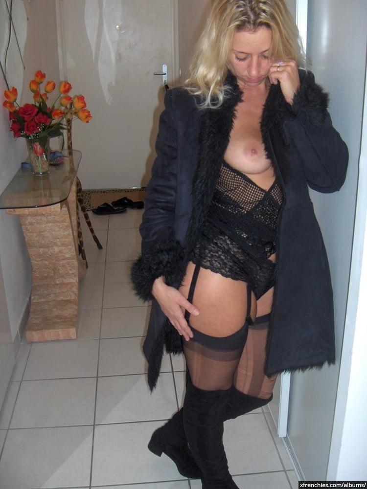 Cette maman blonde aux gros seins essaie une tenue sexy n°29