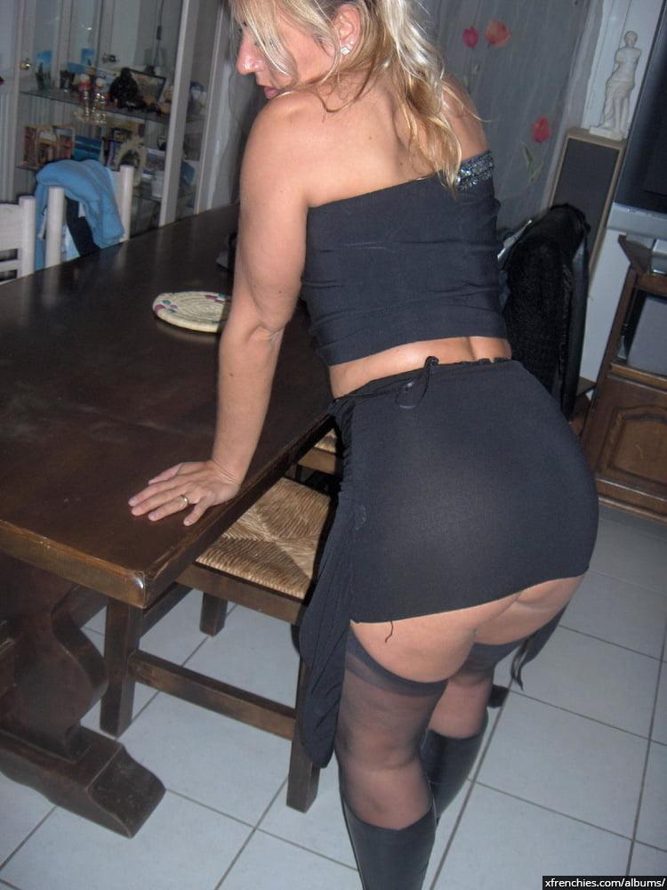 Cette maman blonde aux gros seins essaie une tenue sexy n°32