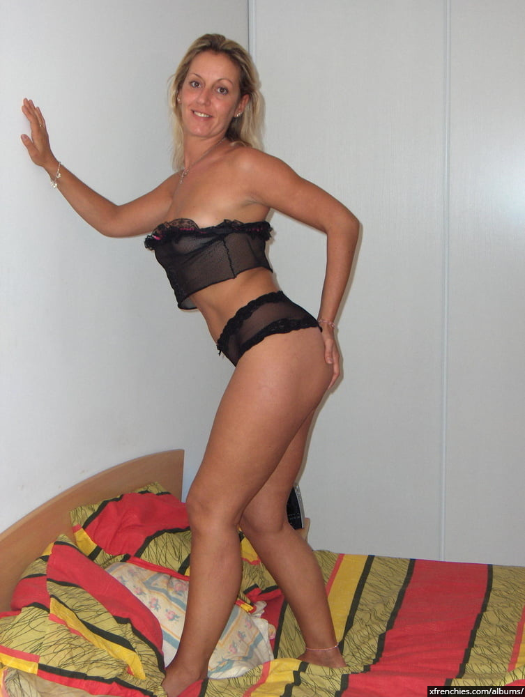 Cette maman blonde aux gros seins essaie une tenue sexy n°44