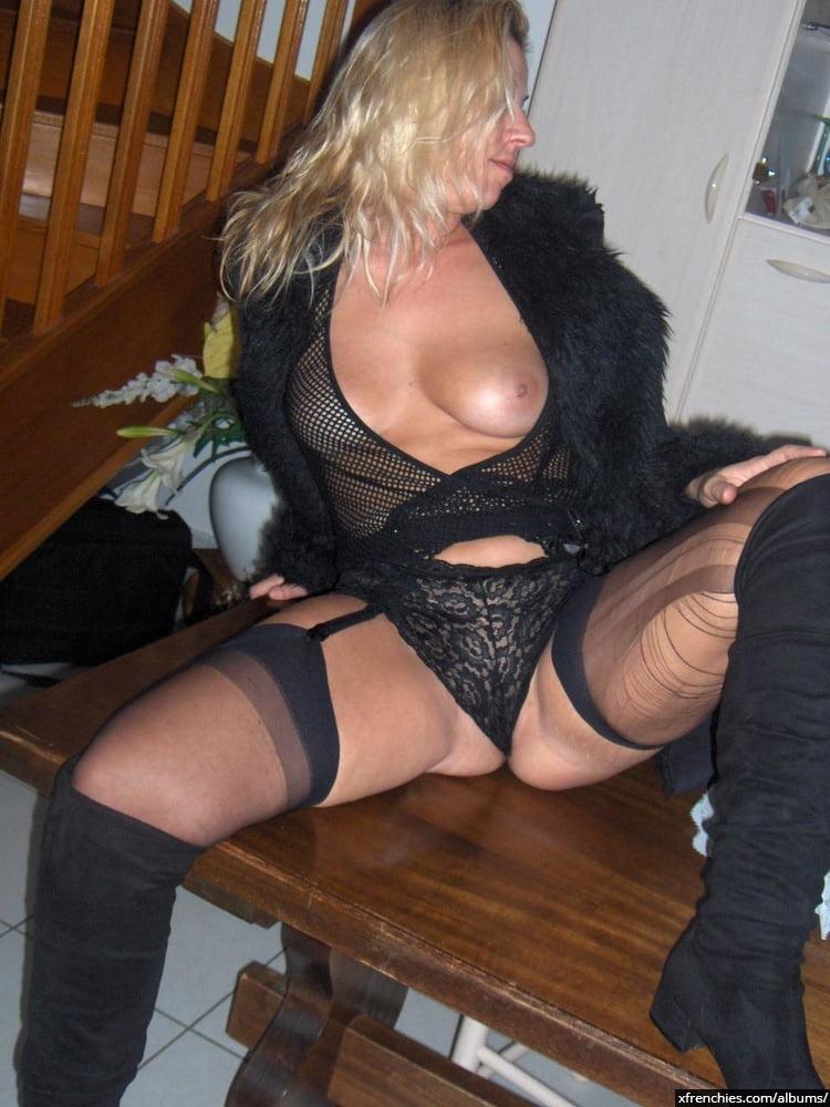 Cette maman blonde aux gros seins essaie une tenue sexy n°56