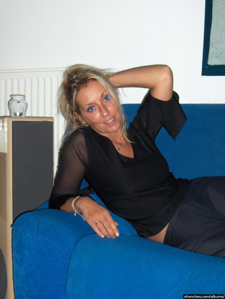 Cette maman blonde aux gros seins essaie une tenue sexy n°73