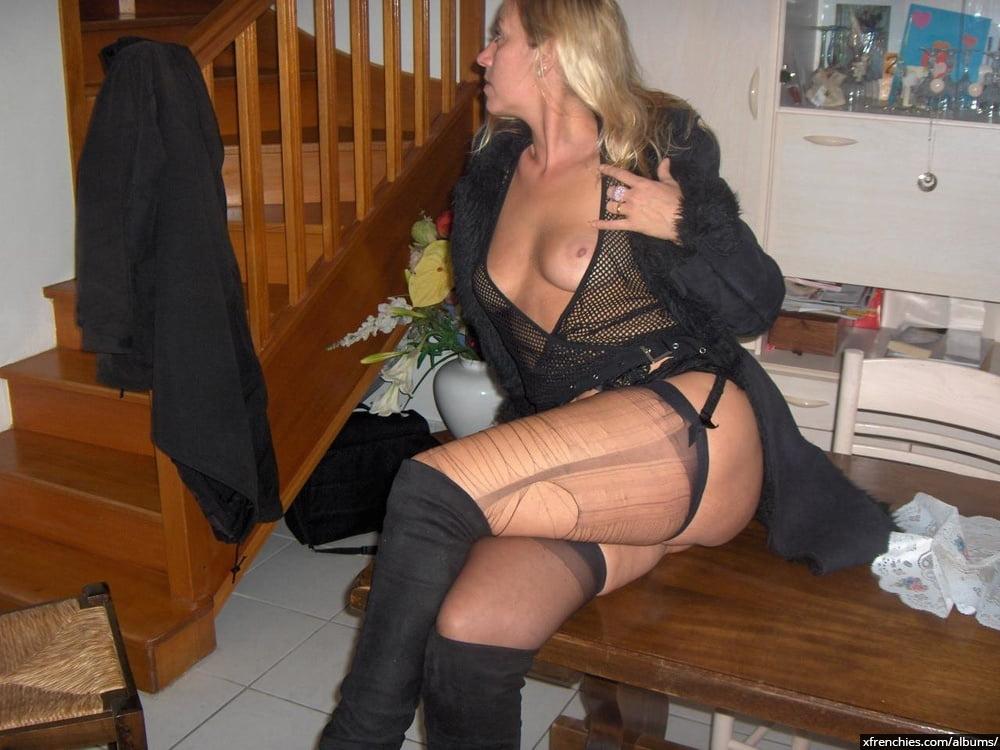 Cette maman blonde aux gros seins essaie une tenue sexy n°76