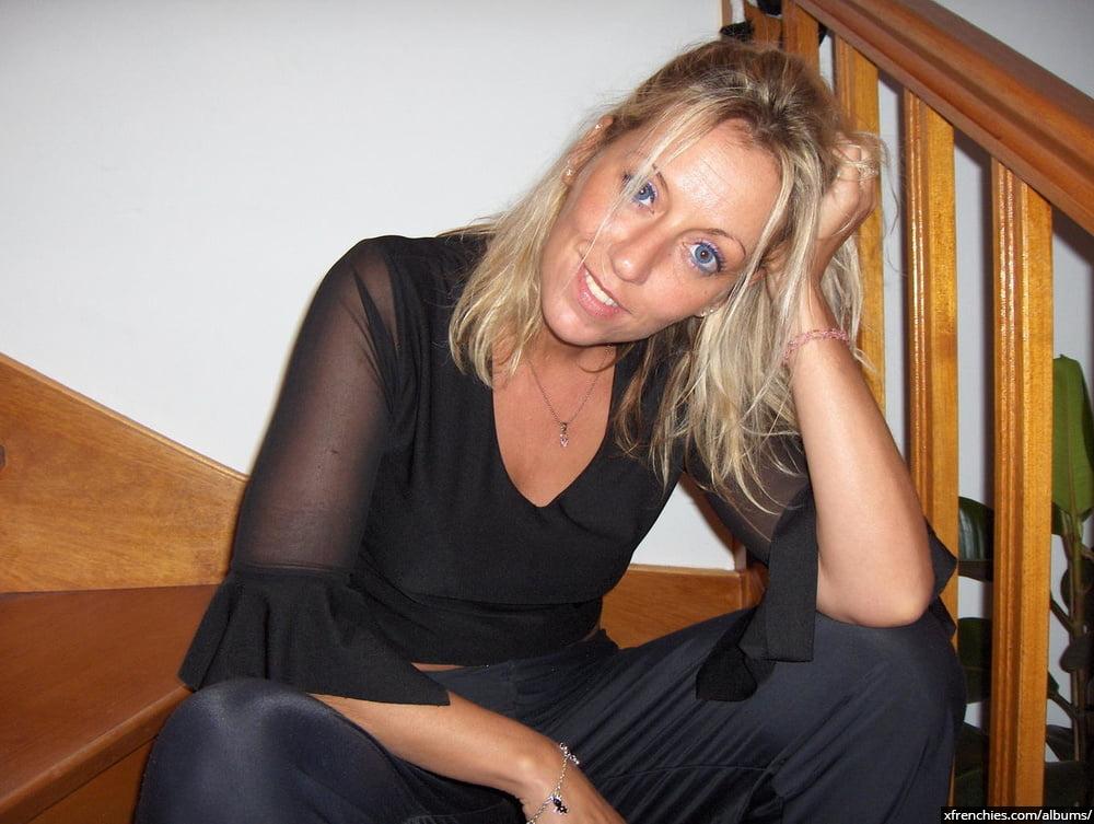Cette maman blonde aux gros seins essaie une tenue sexy n°104